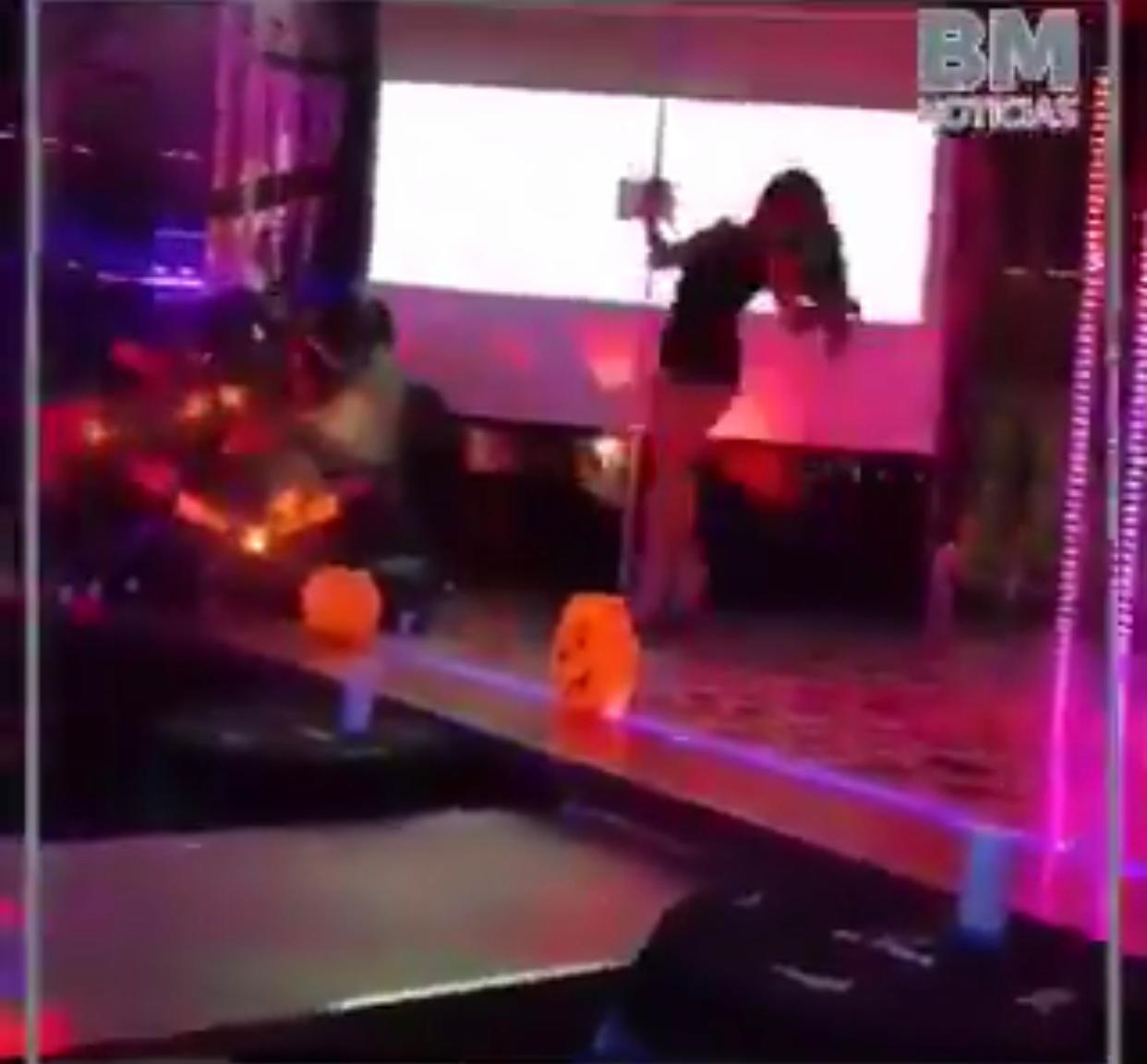 Mujer Baila Un Violador En Tu Camino En Table Dance De Merida